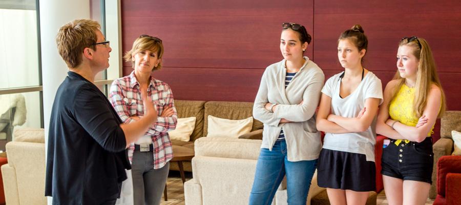 Führung durch das Hotel (v.l.n.r.: Fr. Mag. Gansch, Mag. Karin Kilian, Monika Stelzer, Bettina Hochleitner, Elena Bernhofer)
