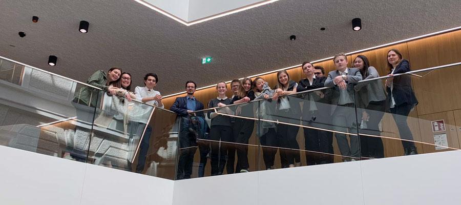 Schülerinnen und Schüler der 5TB mit Prof. Mag. Thomas Sieberer im Landesgericht