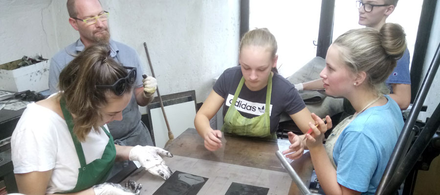 Einige Schülerinnen bei der künstlerischen Arbeit